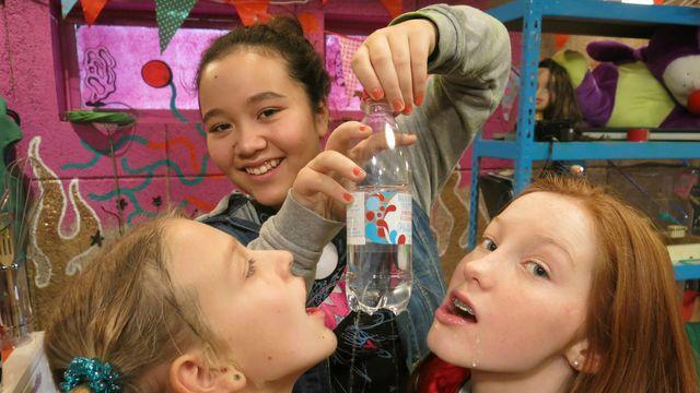 Superhemligt : Flaskbuset - Vad är ytspänning och lufttryck?