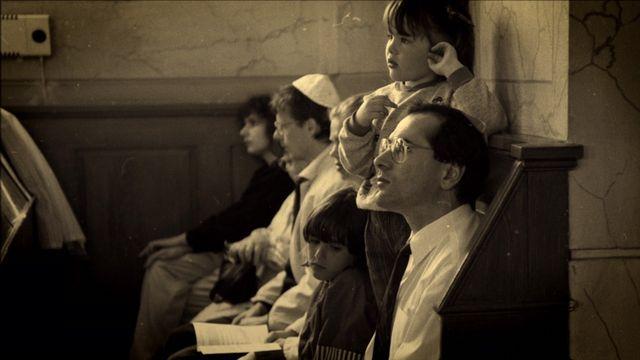 Aarons nya land - syntolkat : Att bli svenskar