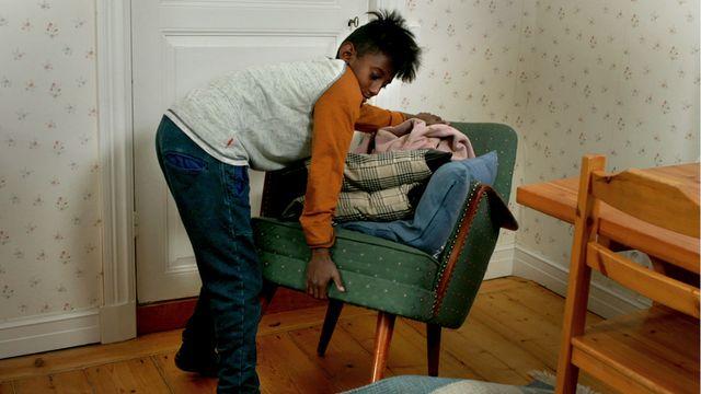 Vem bor i mormors hus? - teckenspråk : Möblerar spöken om?