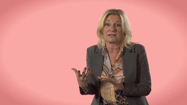 Döva barns språkutveckling : CI-barn, hörapparater och teckenspråket