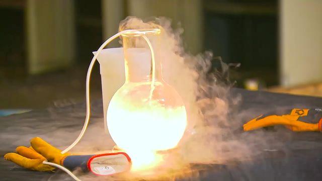 Kemiexperiment : Flytande kväve är inert