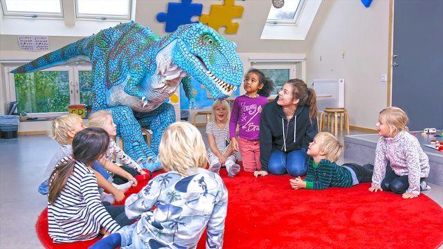 Ett, två, tre... Tyra! - syntolkat : Tyras första dag på förskolan
