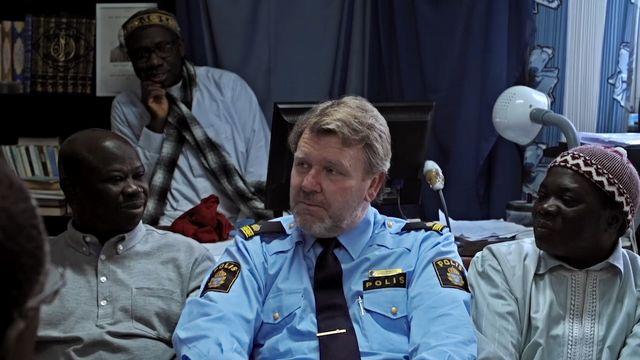 Det goda landet - syntolkat : Polisen Ulf