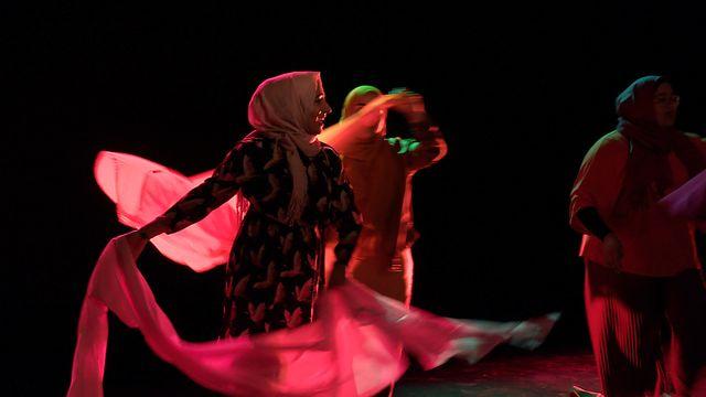 Scener ur Svenska hijabis : Främling